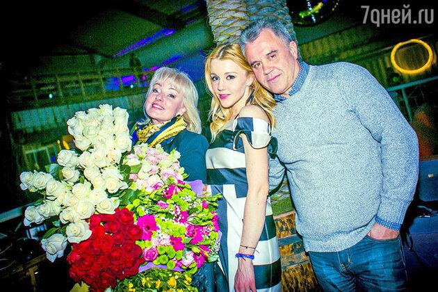 Юлианна Караулова  с родителями