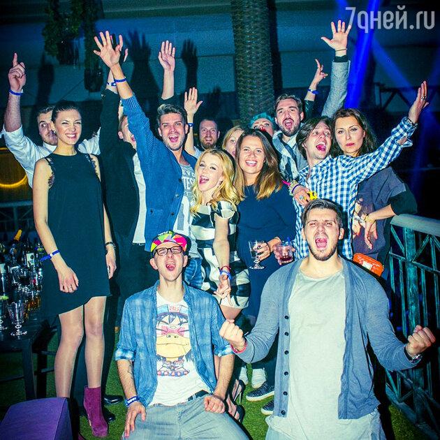 Юлианна Караулова  с друзьями