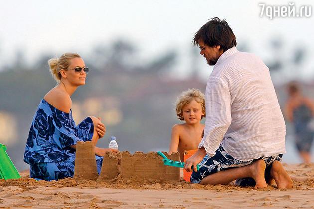Дженни Маккарти с сыном и Джим Керри