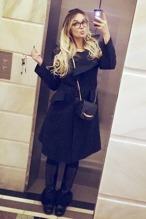 Алена Водонаева в пальто от Vivienne Westwood, в ботинках с мехом от Chanel и сумочкой на длинной цепочке от Jimmy Choo