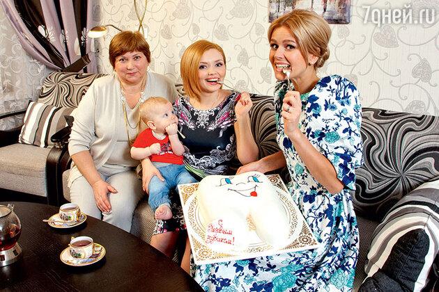 Ольга Кузьмина с сыном Гордеем, мамой Татьяной Анатольевной и коллегой по сериалу «Кухня» Екатериной Кузнецовой