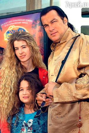 Стивен Сигал и Арисса Вульф с дочерью