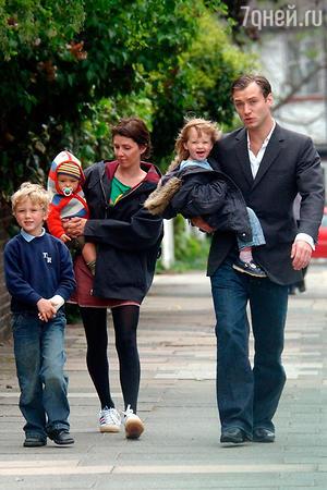 Джуд Лоу с женой и детьми