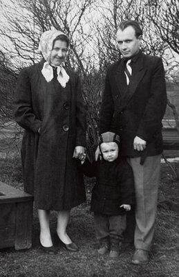«Моя жизнь в родительском доме делилась на два этапа: первый — когда все было очень хорошо и второй — мама вдруг безумно начала ревновать отца...»