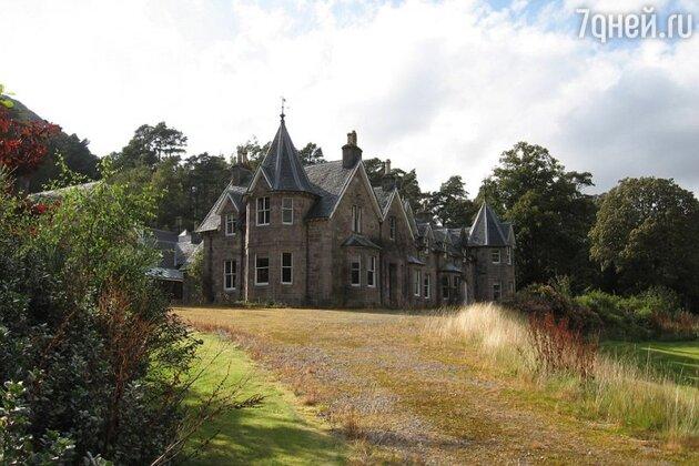 В роскошном доме есть  52 комнаты, 6 ванных комнат, большая библиотека и огромная терраса с видом на горы и озеро