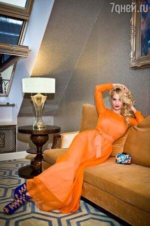 Татьяна Котова в платье от Pepen, в босоножках и с клатчем от Kira Plastinina