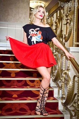 Татьяна Котова в топе и юбке от Nothing to Wear, в босоножках-гладиаторах от Kira Plastinina