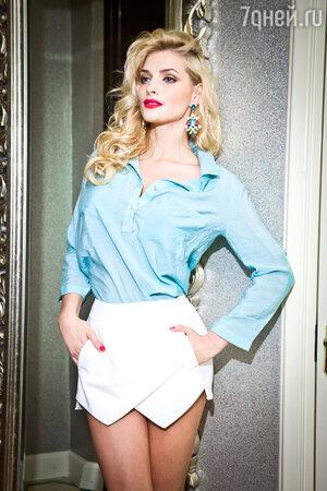 Татьяна Котова в блузе, шортах-юбке и с сережками от Kira Plastinina