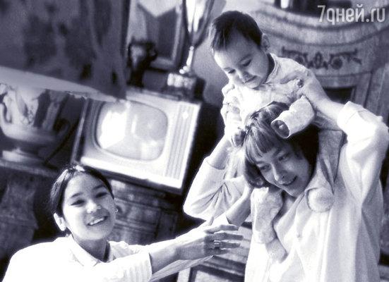 С Анастасией Вертинской, первой женой Никиты Михалкова, и Егором. 1966 г.