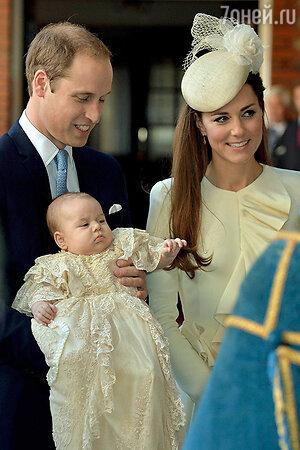 Кейт Миддлтон и принц Уильям на крестинах своего сына принца Джорджа. 23 октября 2013 года