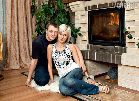 Лиза с Маратом Башаровым в их загородном доме. 2006 г.