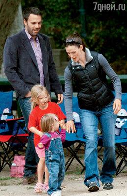 С женой Дженнифер Гарнер и дочками Вайолет Энн и Серафиной Роуз на прогулке в парке. Калифорния, 2010 г.