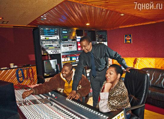 С мужем и вторым сыном — 24-летним Тваном. Он музыкальный продюсер, его профессиональный интерес стиль хип-хоп