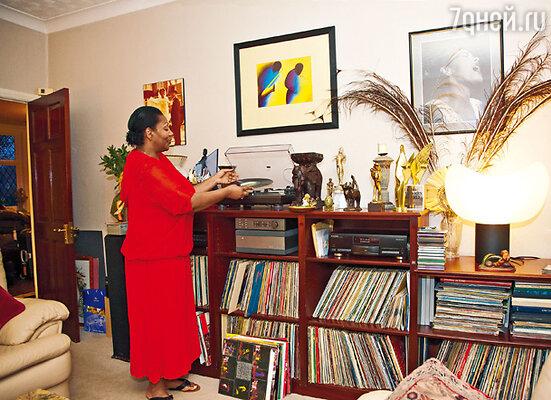 У Лиз большая коллекция альбомов и дисков. Она любит все: и джаз, и рок-н-ролл, и диско, и R'n'B, и классику...