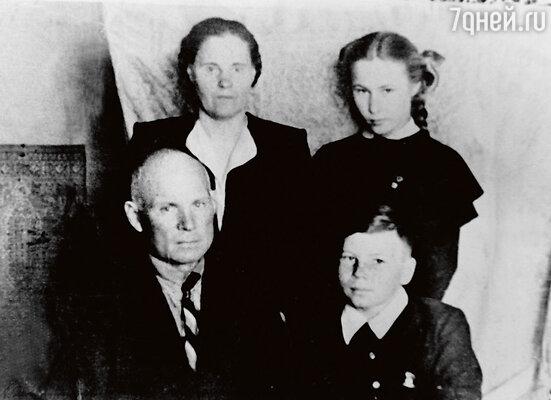 С родителями Василием Павловичем и Александрой Ивановной и сестрой Мариной. 1958 г.