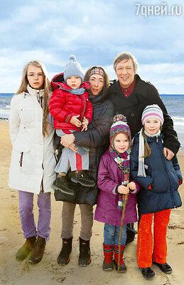Михаил Ефремов с женой Софьей, своей дочкой Анной-Марией (слева) и их общими детьми: Борей, Надей (стоит в центре) и Верой — в Юрмале