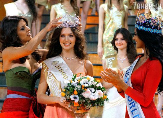 Мисс Россия 2011 Наталья Гантимурова, Мисс Россия 2012 Елизавета Голованова и Мисс Мира 2011 Ивиан Саркос (слева направо)
