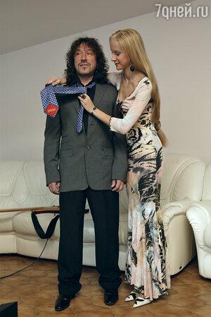 Ведомая заботой о муже, Катя прошла курс по завязыванию галстуков. На Кате — знаменитое платье «из бассейна»