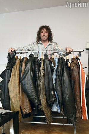 Рокерские куртки — давняя страсть Кузьмина. На фото только часть коллекции