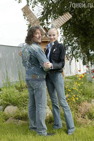 Эта джинсовая куртка с необычным узором — подарок любимой жены