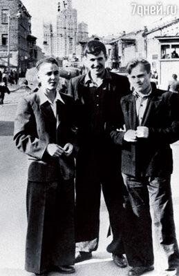 Борис (в центре) с друзьями