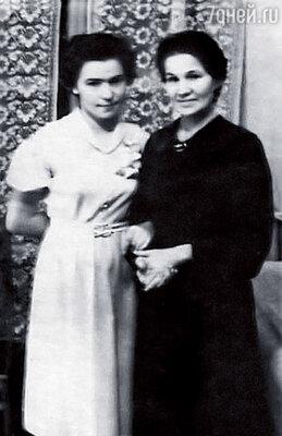 Я в свадебном платье из бледно-розового крепдешина с мамой Бориса
