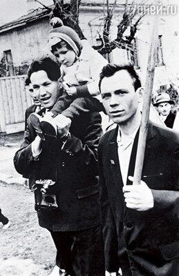 Первомайский парад. У Бориса на плечах — наша старшая дочь Леночка. 1963 г.