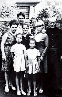 Борис вырос в трудовой семье. Рядом с нами — его мама, брат Михаил, сестра Валентина и отец. Впереди стоят наши дочери Лена и Таня