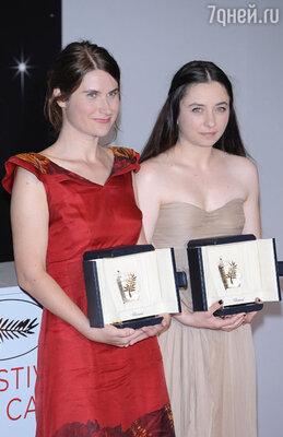 Награда «За лучшую женскую роль» была отдана сразу двум актрисам - Кристине Флютур  и Космине Стратан, сыгравшим подруг в фильме «За холмами»