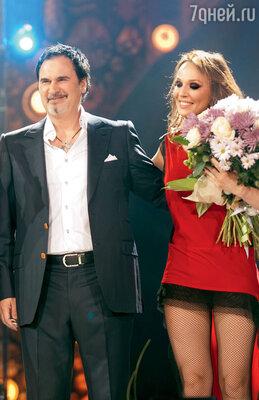 Валерий Меладзе с Альбиной Джанабаевой на юбилейном концерте группы «ВИА Гра»