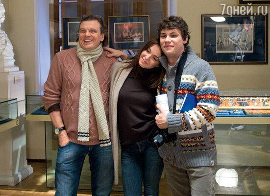 Юрий Васильев, Агния и Шамиль Хаматов на фоне экспонатов музея