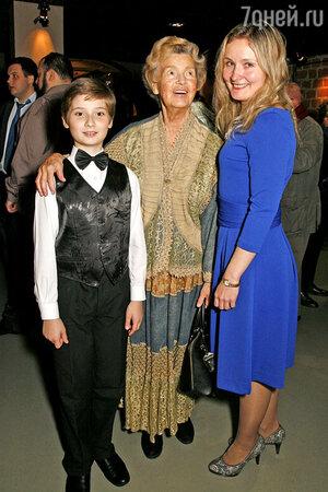 Юлия Борисова с внучкой Марией и правнуком Никитой Серединым