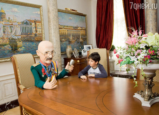 В гостиной за столом восседает копия хозяина. Куклу в офицерском мундире с орденами Розенбауму подарили поклонники