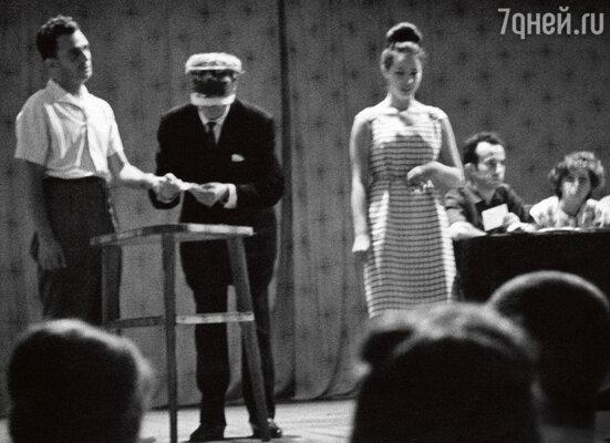 «Маэстро брал добровольца за руку, считывал его мысли и выполнял задание. Один из самых популярных номеров — найти с завязанными глазами предмет, спрятанный у кого-то из зрителей»