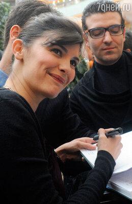 Одри Тоту во время автограф-сессии