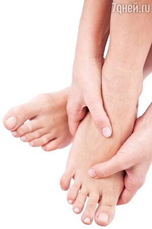 Массаж ног — и приятная, и полезная процедура. Улучшает кровообращение, а также гибкость суставов. Можно и самому разминать — начиная со ступни, затем каждый палец. Хороший эффект дает и массаж ладоней и пальцев рук