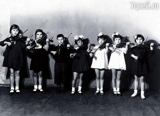 В музыкальной школе при Ленинградской консерватории, я — в центре. Считалась способной скрипачкой, хотя ленива была как сто чертей