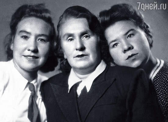 Со старшей сестрой Надеждой и мамой Екатериной Николаевной