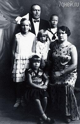 Яша с отцом Якобом, мамой Минной, младшим братом Артуром и сестрами Зентой и Гайдой