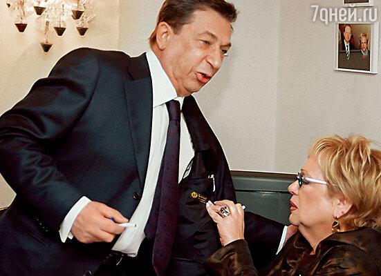 На диванчике лежит Игорь Кваша — даже не приподнялся. А Волчек спросила: «У тебя ноги болят?» И это после тридцатилетней разлуки!