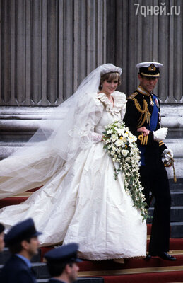 Свое свадебное платье, как реликвию, связанную с историей Британского королевского дома, Диана завещала подарить сыновьям, когда младшему исполнится 30 лет