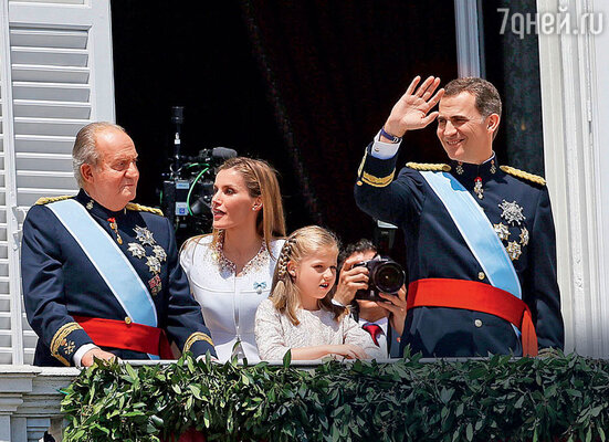 Испанский король Хуан Карлос вынужден был отречься от престола в пользу сына Фелипе послефинансового скандала. Вцентре — супруга сына Летиция и дочь Леонор