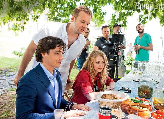 Режиссер Клим Шипенко лично следил, чтобы угощения на столе выглядели аппетитно