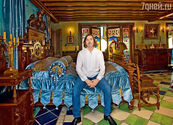 Ремонт в трехэтажной квартире художника в Брюсовом переулке длился одиннадцать лет. Антикварную мебель Никас привозил из Италии, Испании, Германии, Франции. Эта кровать XVвека принадлежала в свое время французской королеве Марии Антуанетте