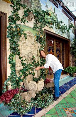 «Свой зимний сад сфонтаном я обожаю. Часть цветов ирастений здесь пока искусственные. Я много разъезжаю по миру— заживыми просто некому ухаживать»
