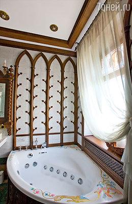 В ванной — современная сантехника, но отделка вготическом стиле