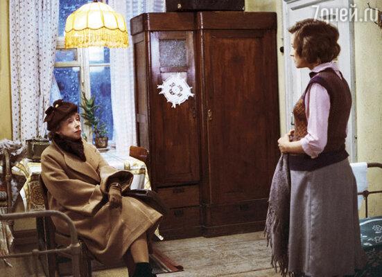 Я видел мать только по телевизору и в кино. Конечно, смотрел картины с ее участием. Эти годы не были годами равнодушия — я постоянно вел с матерью какой-то внутренний диалог. На фото: кадр из фильма «Москва слезам не верит»