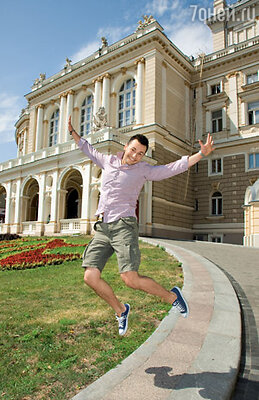 Пока пародист Вячеслав Манучаров тренировался в прыжках в стиле Димы Билана, за его спиной в стенах Одесского театра оперы и балета кипели конкурсные страсти