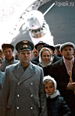 Юрий Гагарин с дочкой Леной на ВДНХ СССР, 1965 г