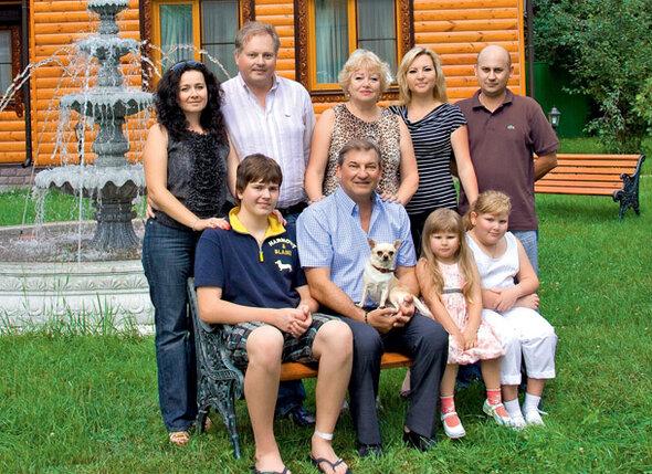 Владислав Александрович и Татьяна Евгеньевна в окружении домочадцев (слева направо): сын Дмитрий, его супруга Наталья и внук Максим, дочь Ирина, ее муж Сергей и внучки Мария и Анна